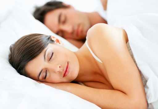 Couple endormi dans un lit - Good Night