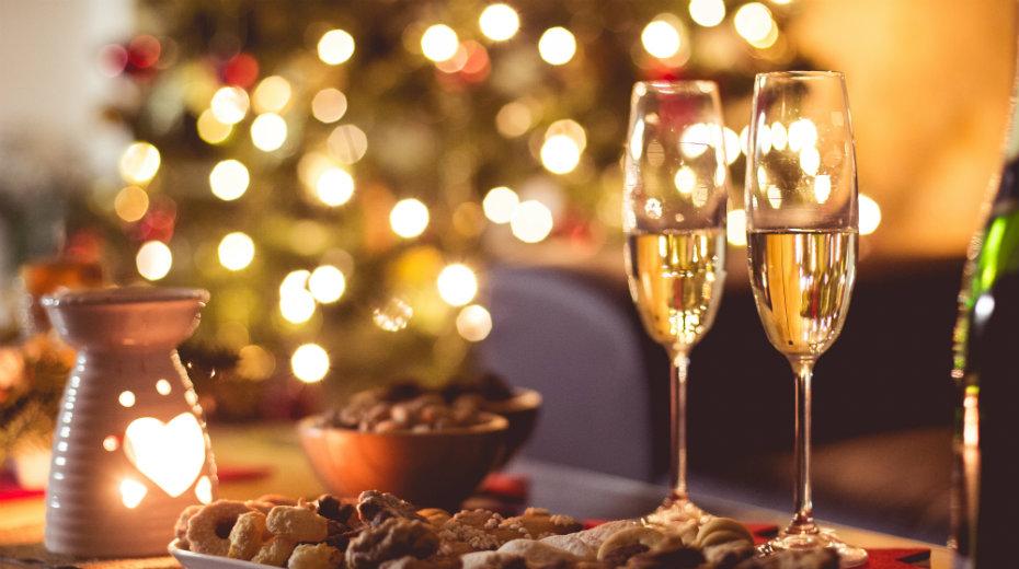 Coupes de champagne lors d'un repas arrosé