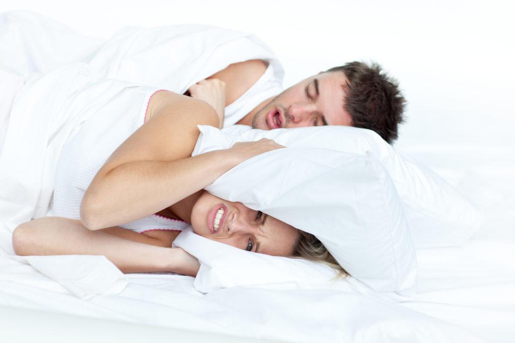 Femme n'arrivant pas à dormir à cause des ronflements de son compagnon